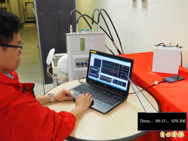 遠傳電信5G實驗室測得近1Gbps的高網速數據。(記者譚偉晟攝)