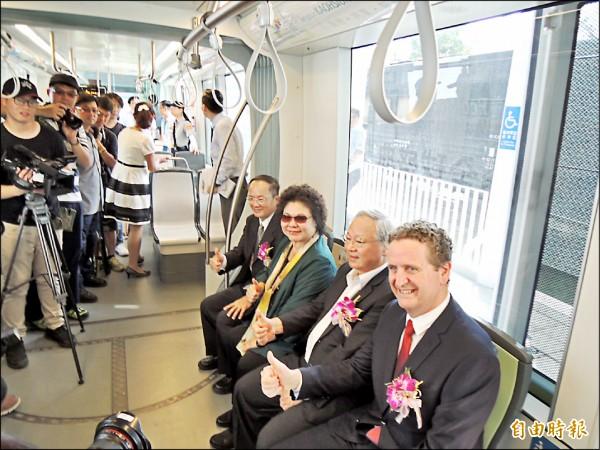 高雄市長陳菊試乘輕軌一階最新通車的路段。(記者王榮祥攝)