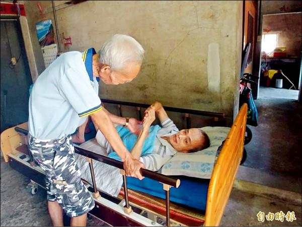 高齡99歲準人瑞林老先生(左),不離不棄照顧65歲中風臥病在床的老朋友黃福成25年(右)。 (記者簡惠茹攝)