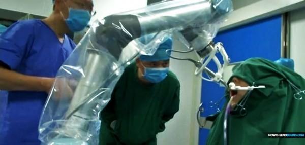 醫護人員在旁監測,但未出手操作,全程由機器人獨自操刀完成。(擷取自搜狐)