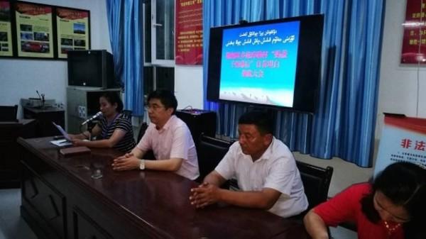 在新疆,有村民被逼參加「自首大會」,會場外還有荷槍實彈的特警監視。(圖取自《自由亞洲電台》)