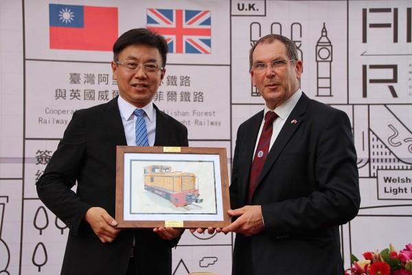 威爾普蘭菲爾鐵路公司主席克魯致贈紀念品給林務局長林華慶(中央社)