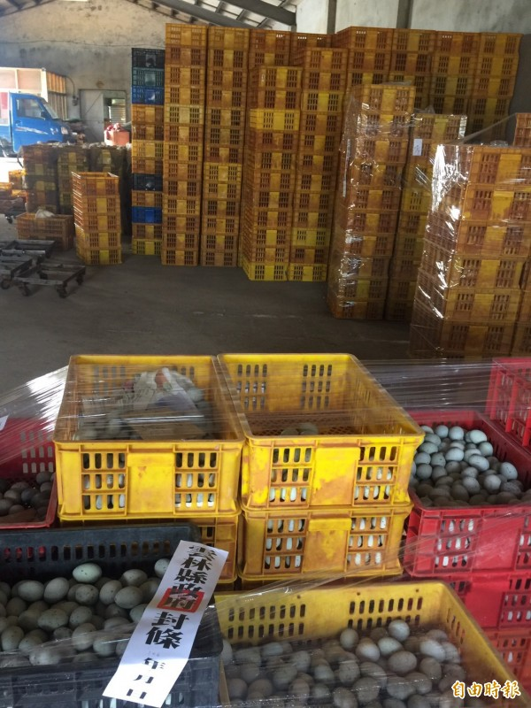 雲林縣衛生局針對永信蛋鴨場有問題疑慮的蛋鴨、鴨蛋、蛋黃管制移動。(記者廖淑玲攝)