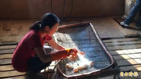 蛋鴨場工作人員沖洗今天新進的鴨蛋。(記者廖淑玲攝)