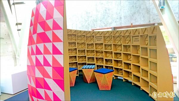 傳統做為水果盒、包裝盒的瓦楞紙,也可做成家具。(記者劉婉君攝)
