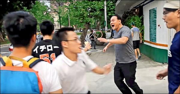 檢警追查中華統一促進黨毆打台大學生案,發現近年若干「挺中促統」和反政府陳抗活動,背後都有中國的影子。圖為台大學生指控,統促黨總裁「白狼」張安樂兒子張瑋(右二)帶頭對學生施暴。(取自網路影音)