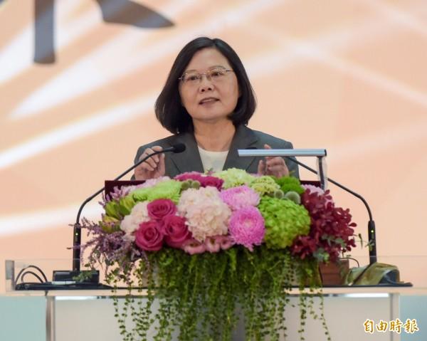 今天是教師節,總統蔡英文親自出席師鐸獎頒獎活動,她致詞時表示,對台灣充滿信心,會和老師們一起努力,教育不是複製是啟發,只有老師貼近社會脈動,孩子才能更有能力面對未來的挑戰,因此要把學習自主權還給老師。(記者黃耀徵攝)