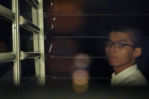 被關押在監獄的「雙學三子」之一黃之鋒,今日在英國媒體發表一篇文章,表示「監獄是香港艱難民主路的必然部份」。(路透)