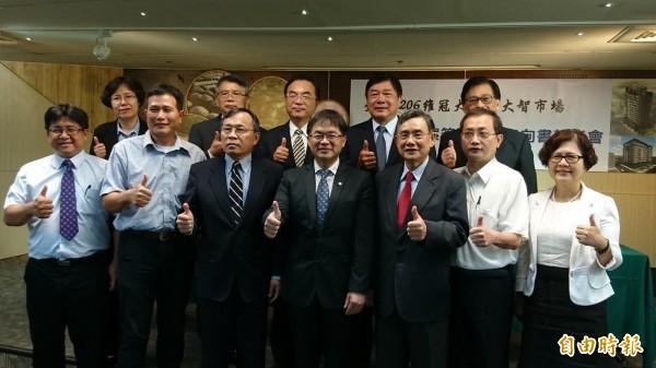 台南市政府與台灣銀行及維冠大樓、大智大樓更新會簽署融資貸款意向書。(記者洪瑞琴攝)