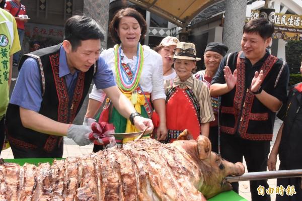 每年豐年祭必有的烤乳豬,今年照舊上菜,彰化縣政府秘書長賴振溝今天在活動宣傳會上體驗切肉片的樂趣。(記者張聰秋攝)