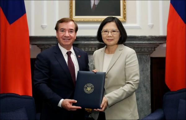 美國眾院外委會主席羅伊斯二十六日與世界衛生組織幹事長特沃德羅斯會談時,曾強調台灣被涵蓋在世衛組織中的重要性。圖為去年六月總統蔡英文接見羅伊斯。(總統府提供)