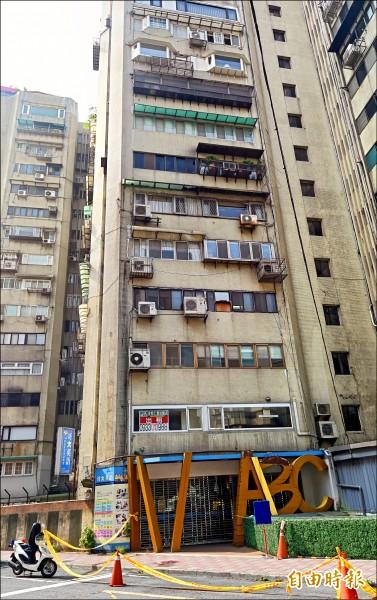 台北市議員李新昨從台北市安和路前妻的十一樓住處墜樓,當場傷重不治。(記者簡榮豐攝)