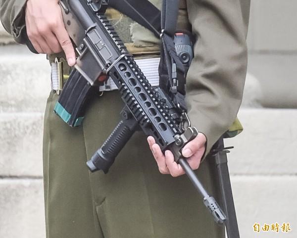 有網友在美國人面前展示清槍技巧,居然讓美國人全都嚇傻。圖為國軍T-91步槍。(資料照,記者黃耀徵攝)