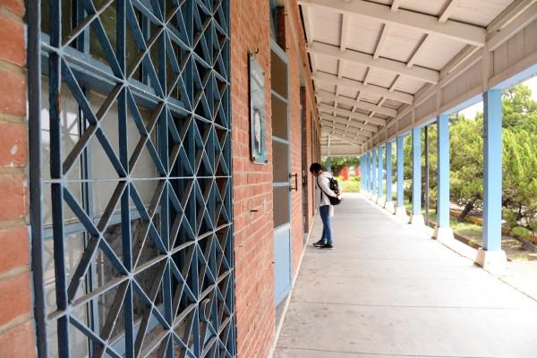 顧超光說,這些鐵窗猜測可能是招待所時期才加上的,這條辦公廳的長廊,也是「春梅」的拍攝場景。(記者許麗娟攝)