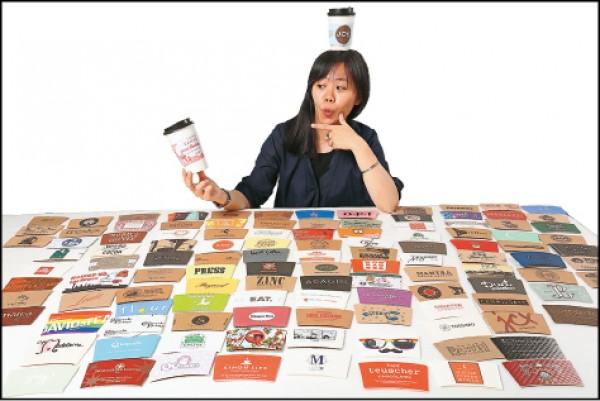 戴韻庭收藏杯套收藏到可以辦展,對她來說,收藏杯套就像記錄回憶,十分有價值。(記者沈昱嘉/攝影)