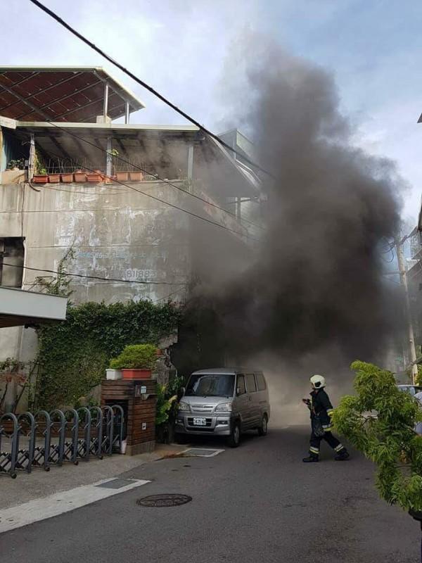 北市社子島1棟平房今天上午驚傳火警。(記者陳恩惠翻攝)