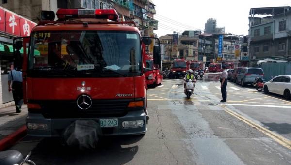 北市消防局派出大批人車前往搶救。(記者陳恩惠翻攝)