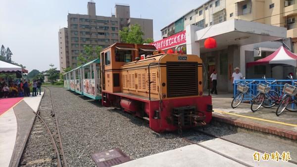 已有108年歷史的台灣第一條糖鐵營業線,即將在近期復駛,成為全台唯一台鐵與糖鐵銜接、無縫接軌的旅遊路線。圖右是台糖新營火車站。(記者楊金城攝)