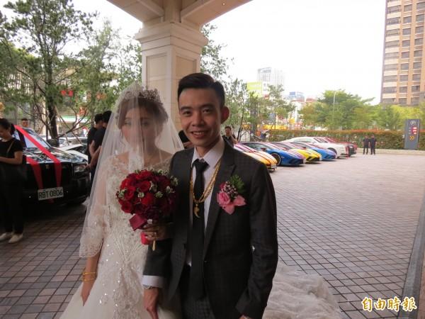 新人結婚,迎娶車隊是12輛進口名車、超跑,非常吸睛。(記者蘇金鳳攝)