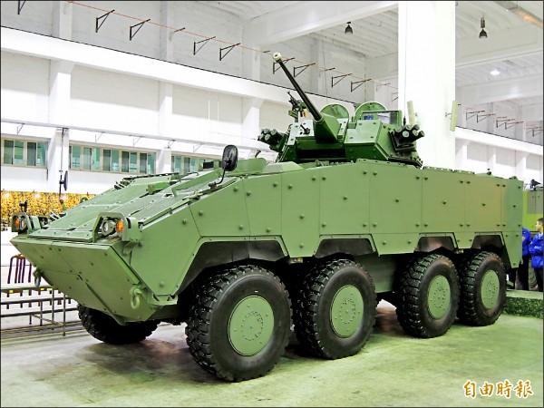 軍方展示的30公釐鏈砲裝步戰鬥車。(記者羅添斌攝)