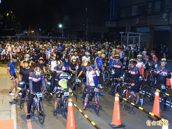清晨4時許天未亮,埔里地理中心碑早已擠滿要挑戰合歡山武嶺的選手,等候出發。(記者佟振國攝)
