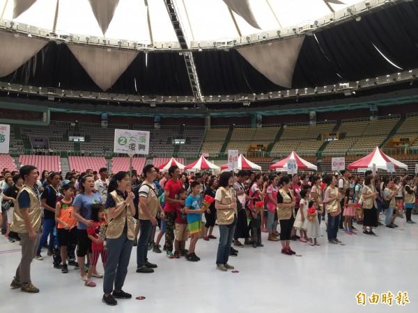 桃園市政府社會局在桃園市立體育館舉辦「就愛17動起來」家庭運動會,約800人共襄盛舉。(記者陳昀攝)
