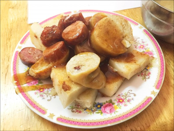 ▲吃「大腸包小腸」等食物應搭配竹筍湯或蔬菜湯。(照片提供/陳煌其)