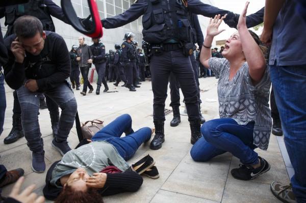 鎮暴警察前往投票所阻撓民眾投票,爆發警民衝突。(彭博)