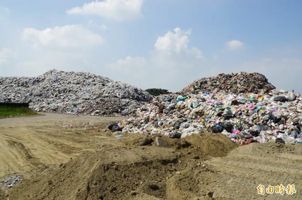 斗六垃圾山一座變兩座,數量已超過一萬噸。(記者詹士弘攝)