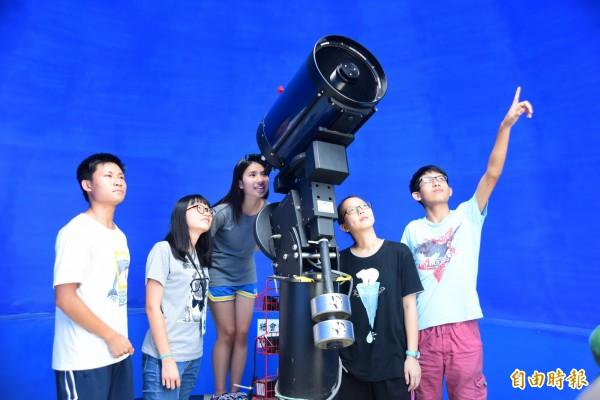 中原大學天文社學生邀民眾用天文望遠鏡賞月。(記者李容萍攝)