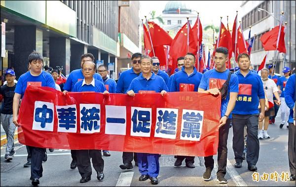 中華統一促進黨昨於台北市舉行慶祝中國國慶遊行,由統促黨總裁、「白狼」張安樂(前排右二)領軍,成員身穿印有五星旗圖案的上衣、揮舞五星旗。(記者羅沛德攝)