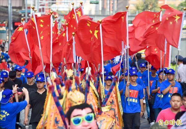 中華統一促進黨昨於台北市舉行慶祝中國國慶遊行,成員身穿印有五星旗圖案的上衣、揮舞五星旗。(記者羅沛德攝)