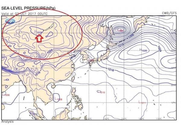 鄭明典稍早在臉書貼出天氣圖,指出蒙古高壓(箭頭處)已經出現,接下來台灣溫度會逐漸下降。(圖擷取自鄭明典臉書)