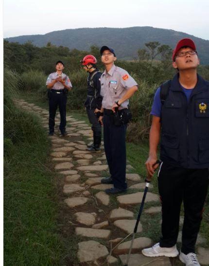 警消都出動至陽明山救援。(記者鄭景議翻攝)