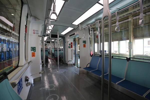 淡海輕軌每一列車有5節車廂,載客量達265人,設有一般座椅50個、博愛座椅12個。(新北市捷運局提供)
