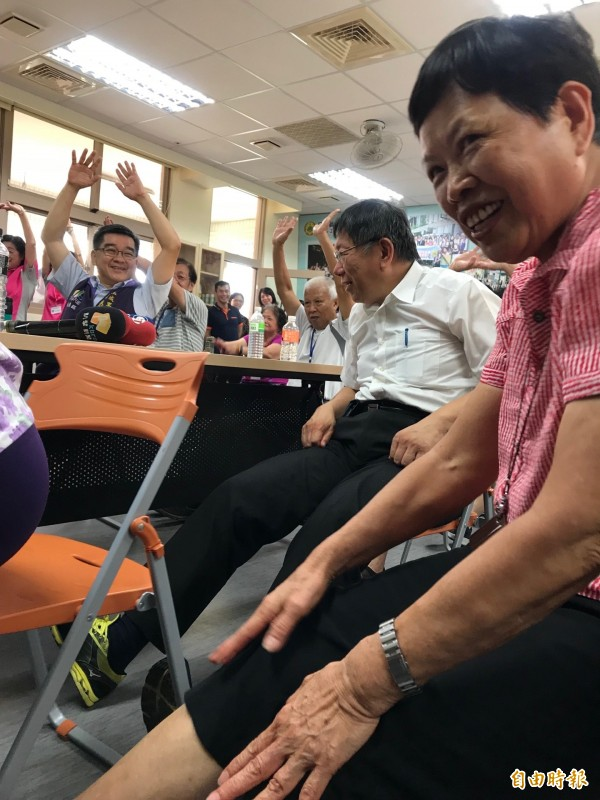 台北市長柯文哲才動沒兩下就喊累,好幾次轉頭問里長「不是來吃飯的嗎?」(記者沈佩瑤攝)