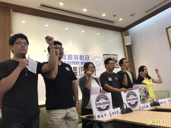民進黨立委鍾孔炤與勞團一起召開記者會,呼籲終結企業貪婪。(記者蘇芳禾攝)