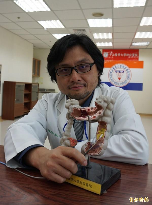 醫師許倍豪為這名腸阻塞的阿公患者,在腫瘤處放置大腸支架通腸,解決腹脹和腹便問題,再微創手術切除病灶。(記者蔡淑媛攝)