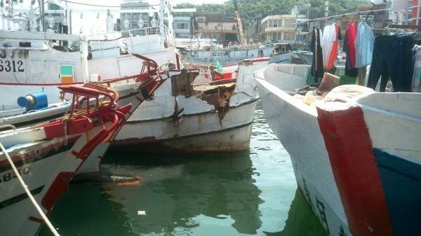 國軍軍艦今天上午先後在蘇澳與高雄發生2起與民船碰撞事故。國防部長馮世寬對此表示,蘇澳漁船碰撞是因「搶船頭」習俗,但金福恩2號是於昨日晚間出港捕白帶魚,今日返港時與軍艦碰撞。並非習俗中的「出港搶船頭」。(民眾提供)