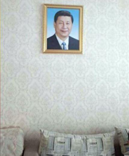 新疆政府上月底下令,要求少數民族家庭從10月1日起需全面掛上習近平頭像。(擷取《自自由亞洲電台》)
