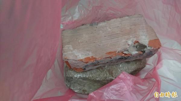 新北市張姓男子被狗咬,不但拿石頭砸狗,還找來磚塊把狗狗壓死,今天被依違反動物保護法、毀損罪嫌起訴。示意圖,與新聞事件無關。(資料照)