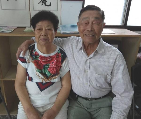 87歲的蔡敏三(右)與80歲妻子蔡張玉雪(左)相守近一甲子。(記者王駿杰翻攝)