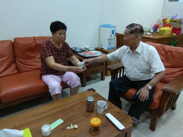 蔡敏三(右)與妻子蔡張玉雪(左)彼此關懷照顧,補足對方不足。(記者王駿杰翻攝)