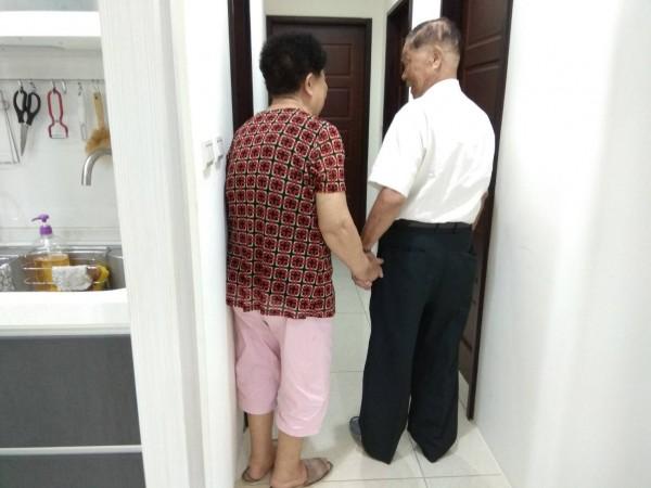 蔡敏三總是無時無刻睜大雙眼,替妻子引路。(記者王駿杰翻攝)
