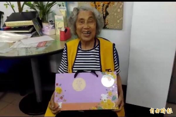 新竹市政府與12個社會公益團體合作,準備了270份月餅禮盒,今由志工親送到轄內各獨居長者家中。(記者王駿杰攝)