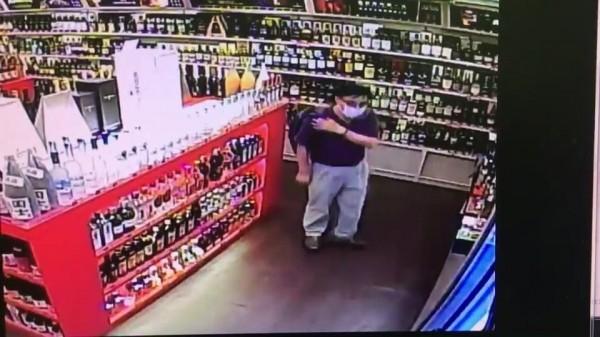 嚴姓男子兩度行竊高價洋酒,都被店內監視畫面拍下。(記者姚岳宏翻攝)