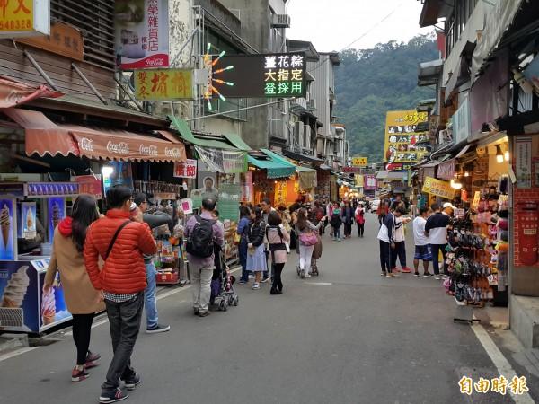 內灣老街不論平假日,幾乎天天都是遊客如織,卻在中秋佳節發生鐵皮屋火警。(資料照,記者蔡孟尚攝)