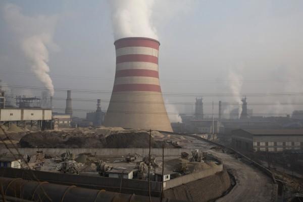 中國冬季治霾加碼,命令地方鋼鐵鋁廠今年冬季產量減半,預料將影響全球鋼市。(美聯社)
