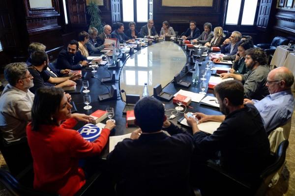 支持獨立的政黨與加泰隆尼亞議會今天(4日)召開會議,討論宣告獨立的時程。(美聯社)