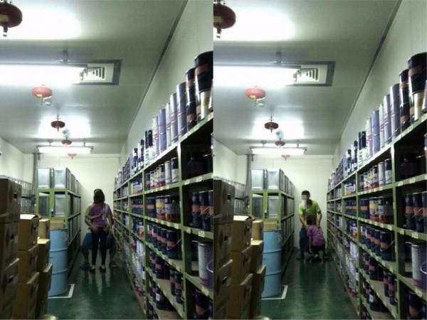最近網路流傳一對男女在公司倉庫中的情色照,女同事蹲在男同事面前「口愛」。(圖擷取自PTT)